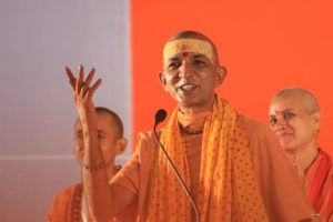 Swami Niranjanananda gestikuliert während einer Ansprache.